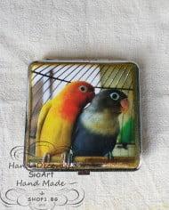tabakera-papagali-zeleno-jylto-oranjevo