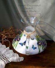 garafa-s-dryjka-dekorirana-rychno-sini-lilavi-irisi-peperudi