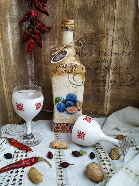 бутилка и чаши за ракия